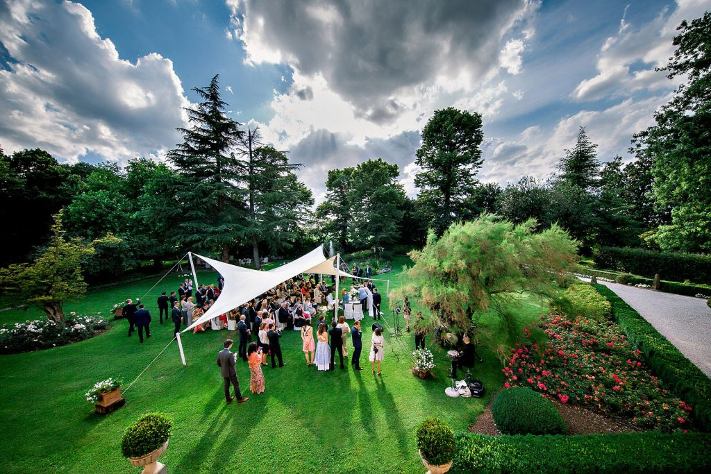 wedding ceremony garden sky couple groom bride sposo sposa garda lake lago destination matrimonio alberto feltrin